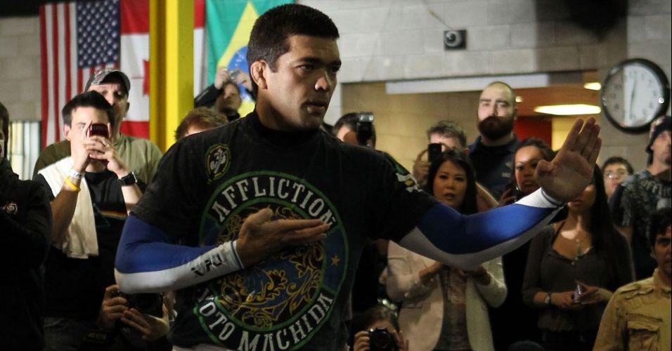 Lyoto Machida demonstra sua técnica durante treino aberto; ex-campeão pega o atual detentor do cinturão dos meio-pesados, Jon Jones