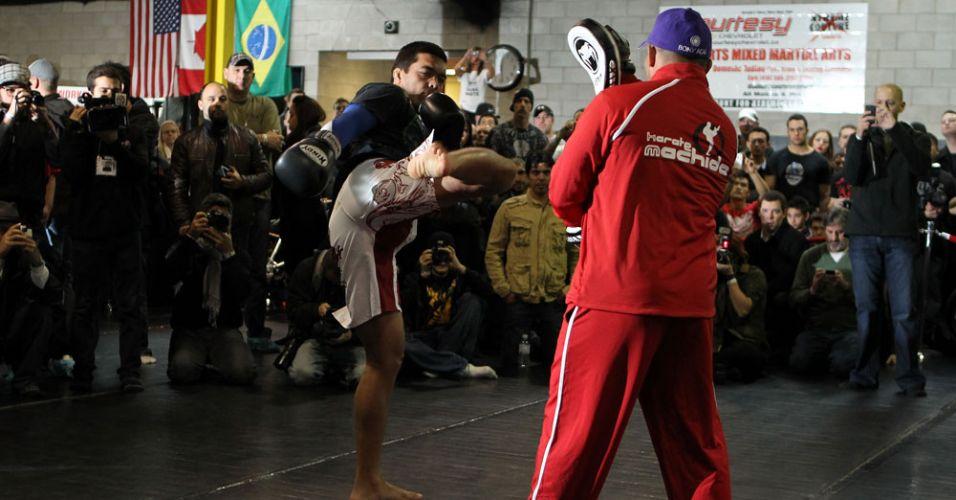 Lyoto Machida participa do tradicional treino aberto aos fãs, antes de lutar pelo cinturão no Canadá
