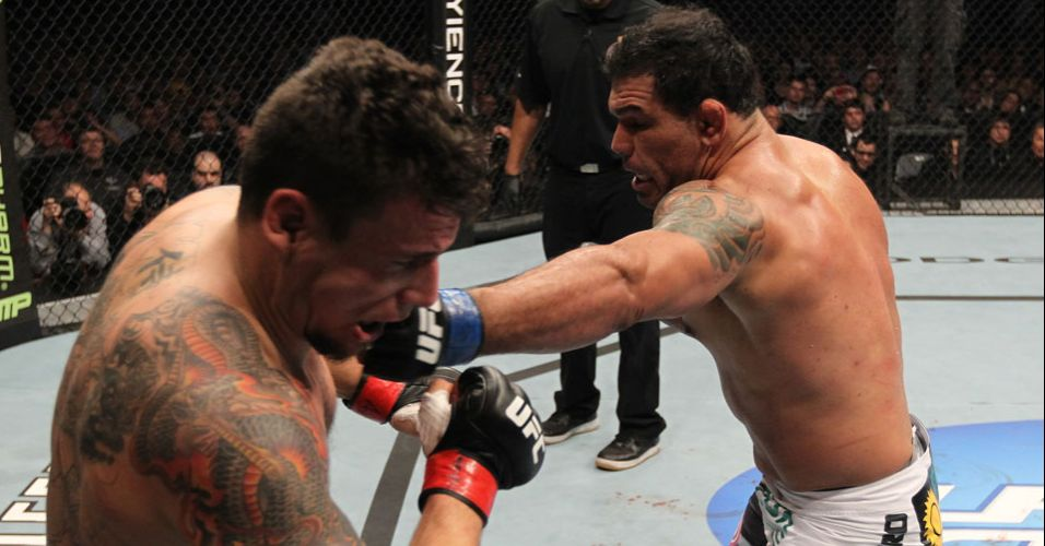 Frank Mir é golpeado por Minotauro, que balançou o rival na trocação, mas deu mole no chão e foi finalizado no UFC 140