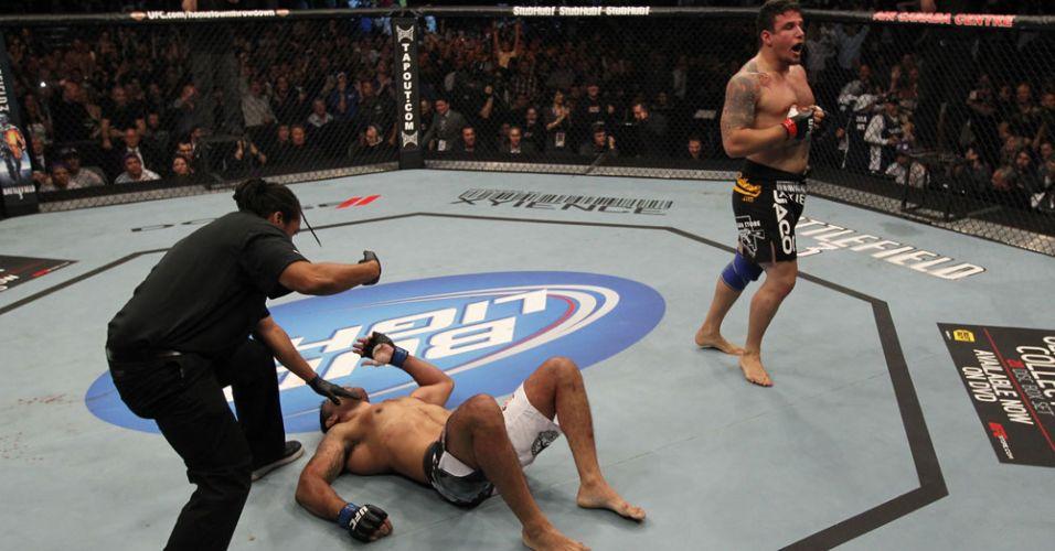 Mir comemora, enquanto Minotauro fica no chão após ser finalizado pelo norte-americano; brasileiro fraturou o braço na derrota pelo UFC 140, no Canadá