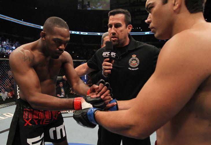 Jones e Machida se cumprimentam antes do combate pelo UFC 140, que teve o campeão mantendo o cinturão com os EUA