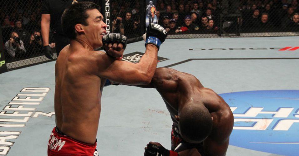Jon Jones consegue atingir soco certeiro de esquerda em Lyoto Machida; norte-americano manteve o cinturão com uma finalização no segundo round
