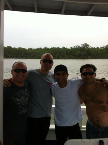 O goleiro do Corinthians Júlio César foi pescar com os amigos.