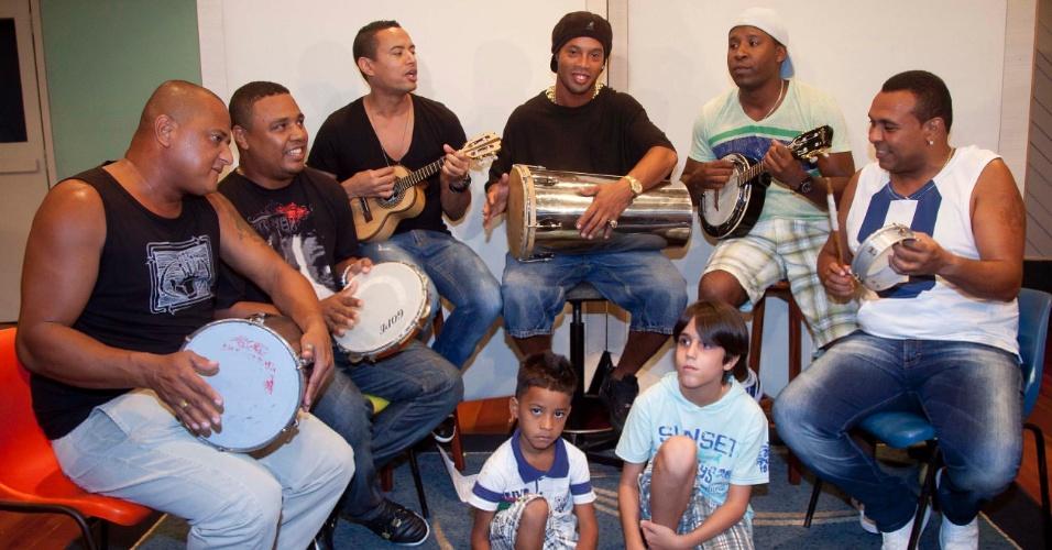 Ronaldinho Gaúcho aproveitou as férias para gravar uma música com o grupo Samba pra Gente