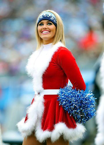 Bela cheerleader do Tennessee Titans abre o sorriso com direito a belos olhos claros para conquistar o público da NFL.
