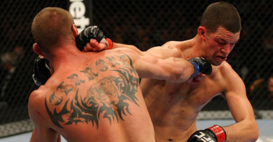 Cerrone e Diaz tentam golpes durante a vitória do segundo, por pontos, no UFC 141