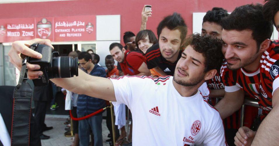 31.dez.2011 - Alexandre Pato tira foto para fã em interação na temporada de treinos do Milan em Dubai
