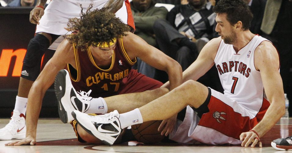 Anderson Varejão, do Cleveland Cavaliers, disputa bola com Andrea Bargnani, do Toronto Raptors, em Toronto; partida terminou com vitória dos Raptors por 92 a 77