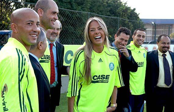 Por várias vezes, Adriane Galisteu foi convidada em lançamentos de uniformes do Palmeiras