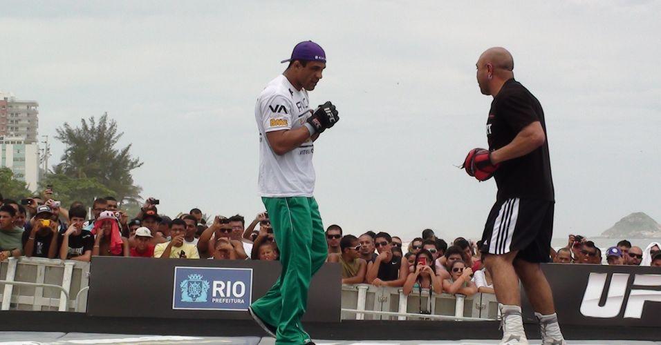 Vitor Belfort participa de treino aberto para o UFC Rio na Barra da Tijuca