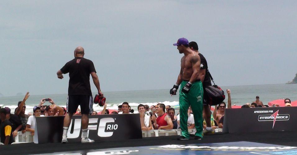 Vitor Belfort interage com o público durante o treino aberto do UFC Rio na Barra da Tijuca