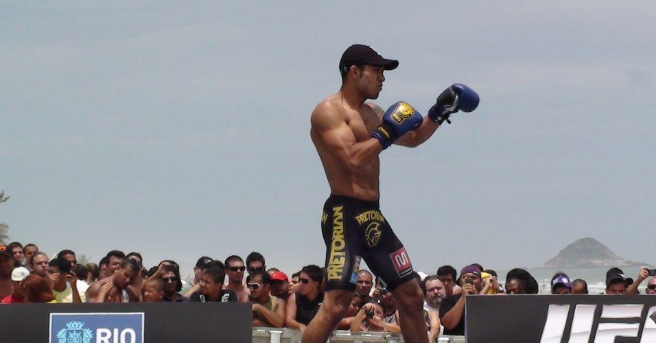 José Aldo faz treino aberto na Barra da Tijuca; campeão dos penas defenderá cinturão no UFC Rio
