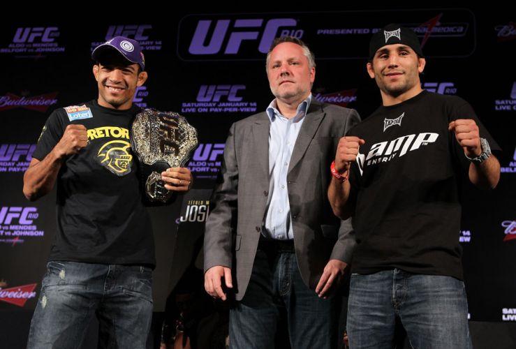 Com cinturão de campeão mundial no ombro, José Aldo posa para fotógrafos em coletiva do UFC