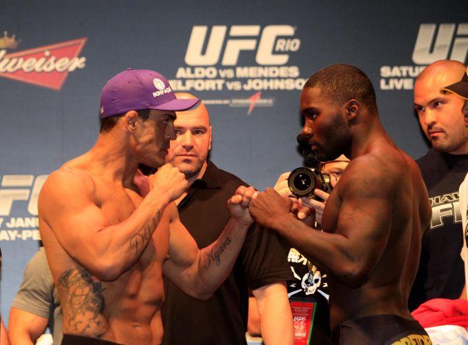 Vítor Belfort e seu adversário Anthony Johnson se encaram durante a pesagem