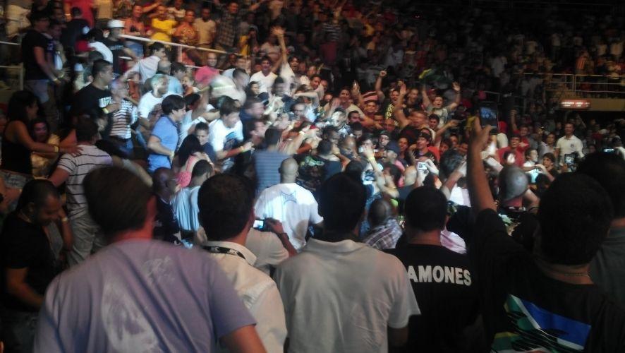 José Aldo venceu o norte-americano Chad Mendes por nocaute e na comemoração deixou o octógono e foi comemorar no meio da torcida presente na arena