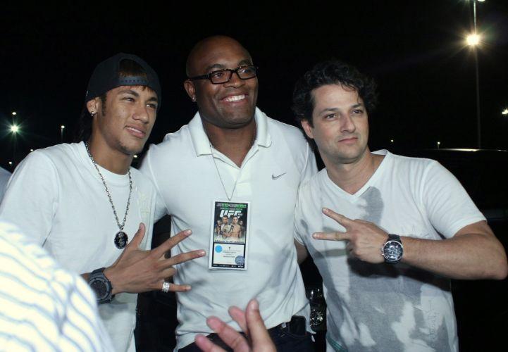 Marcelo Serrado posa para foto ao lado de Neymar e do lutador Anderson Silva