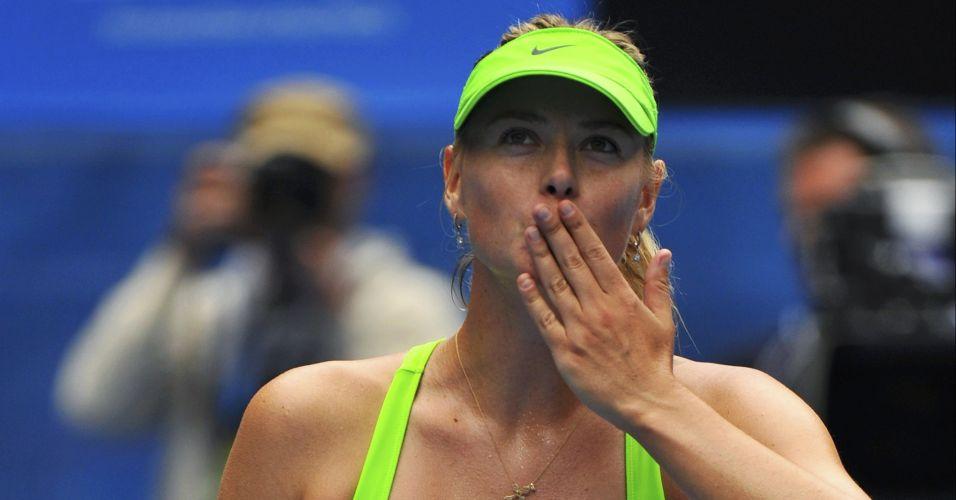 Maria Sharapova manda beijinhos para a torcida após superar Angelique Kerber no Aberto da Austrália