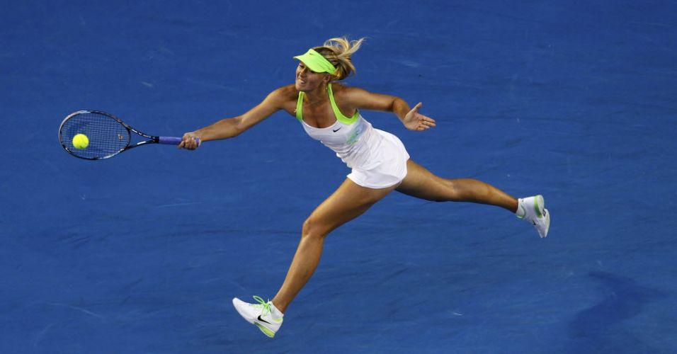 Maria Sharapova se esforça para fazer a devolução na partida contra a alemã Sabine Lisicki