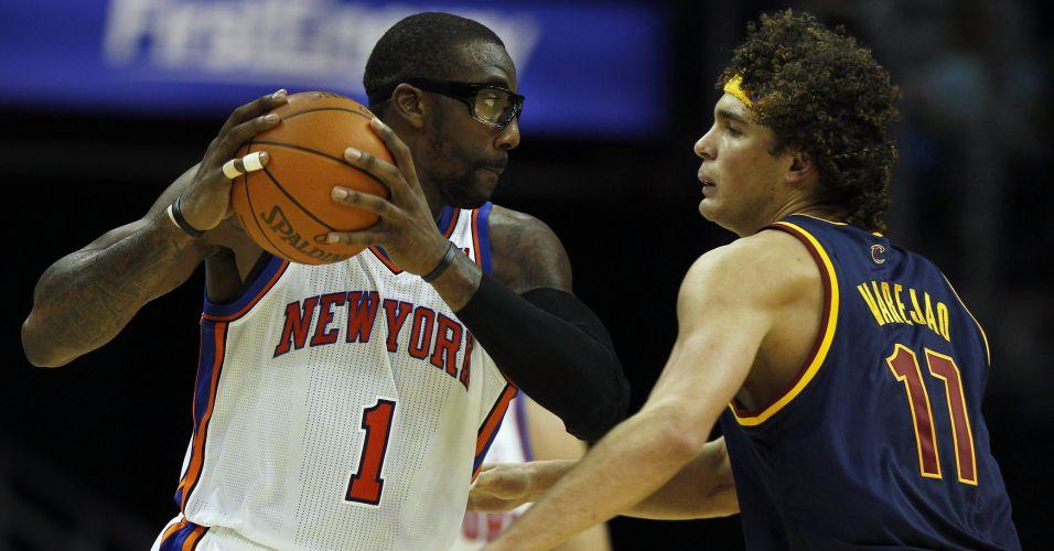Amare Stoudamire, do New York Knicks, recebe a marcação de Anderson Varejão, do Cleveland Cavaliers