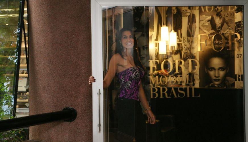 Luciane Escouto, meio-de-rede do Mackenzie-MG, entra na agência Ford Models para seu primeiro teste como modelo.