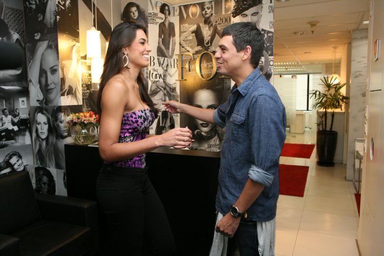 Na chegada à agência Ford Models, Luciane Escouto é recepcionada pela assessor de imprensa da agência, Márcio Garces, que agendou a visita da jogadora.