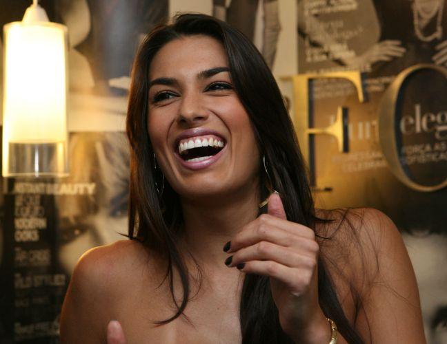 Luciane Escouto, que ganhou um concurso de beleza no Rio Grande do Sul no ano passado, sorri na entrada da agência Ford Models.