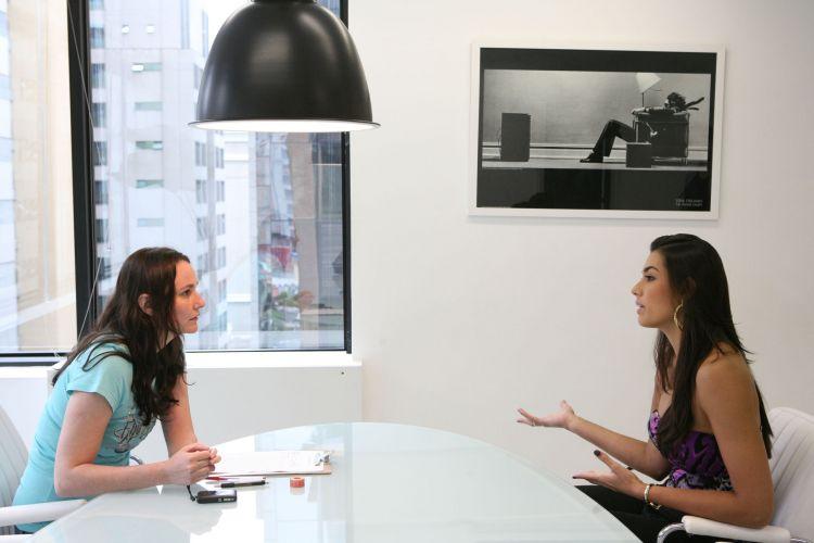 Ludimila Schiavon, coordenadora do processo de seleção da Ford Models, conversa com Luciane Escouto, jogador de vôlei do Mackenzie-MG e miss no Rio Grande do Sul.
