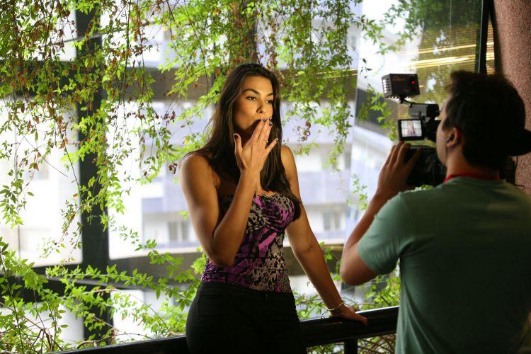 Luciane Escouto manda beijo para os internautas do UOL Esporte durante a sua visita a uma agência de modelos. A jogador de vôlei ganhou um concurso de beleza em seu estado natal.