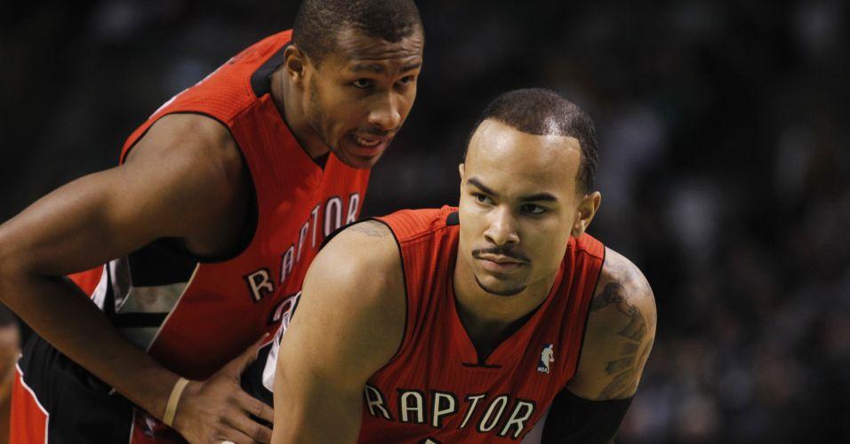 Leandrinho conversa com Jerryd Bayless, seu companheiro de Toronto Raptors, durante jogo contra o Boston Celtics