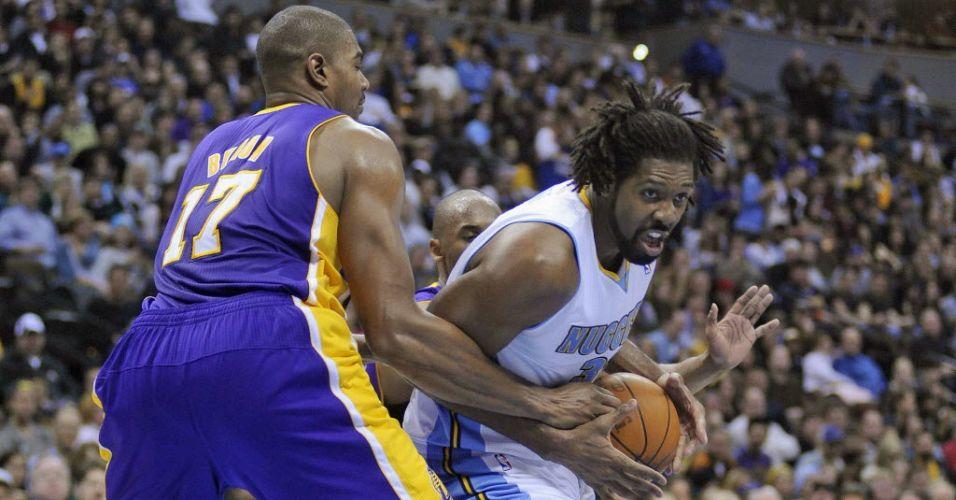 O brasileiro Nenê, do Denver Nuggets, é marcado durante a derrota da sua equipe para o Los Angeles Lakers