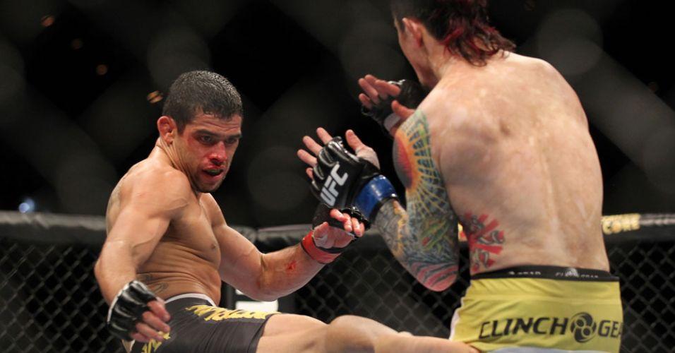 Renan Barão chuta Scott Jorgensen durante vitória por pontos no UFC 143