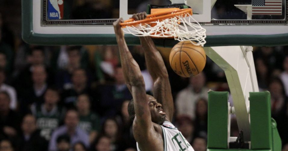 Brandon Bass, do Boston Celtics, enterra bola na vitória contra o Charlotte Bobcats
