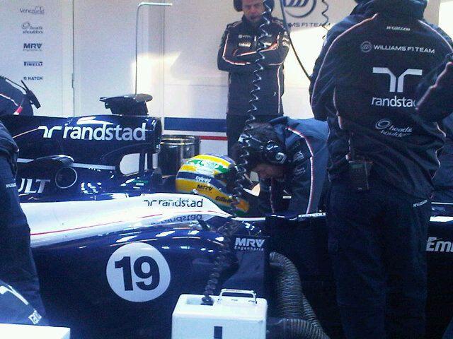 Mecânico faz os últimos ajustes no carro de Bruno Senna antes da estreia do brasileiro com o carro da Williams em Jerez de la Frontera
