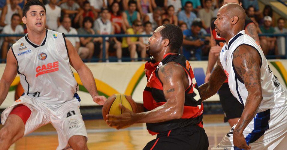 David Jackson encara marcação na partida entre Flamengo e Liga Sorocabana pelo NBB