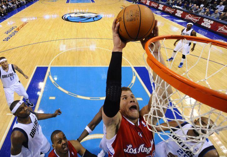 Blake Griffin supera a marcação dos jogadores do Dallas Mavericks. Apesar do esforço, o Los Angeles Clippers perdeu por 96 a 92