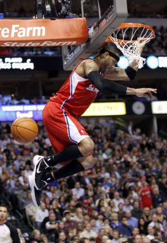 Kenyon Martin, do Los Angeles Clippers, enterra em lance da partida contra o Dallas Mavericks. Mavs venceram por 96 a 92