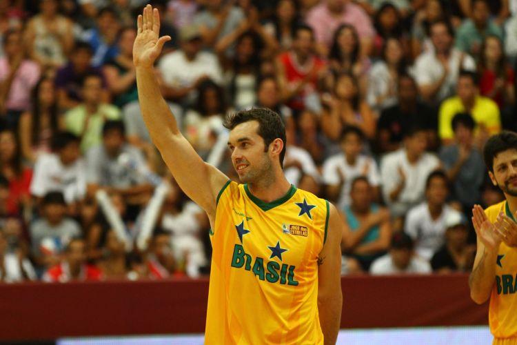 Murilo acena para a torcida na vitória do NBB Brasil sobre o time de estrangeiros; ele foi o MVP do jogo