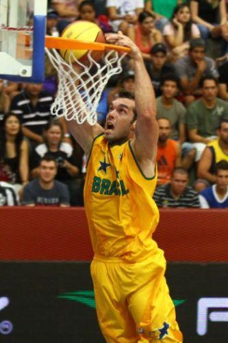 Murilo, que foi eleito melhor da partida, enterra para o NBB Brasil