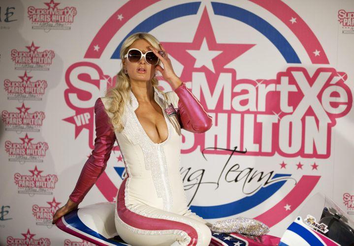Modelo e socialite Paris Hilton posa em Madri durante o lançamento da equipe de motovelocidade SuperMartxé VIP Paris Hilton, que disputará provas nas 125 cc; a parceria prevê a presença da celebridade em pelo menos cinco provas do calendário