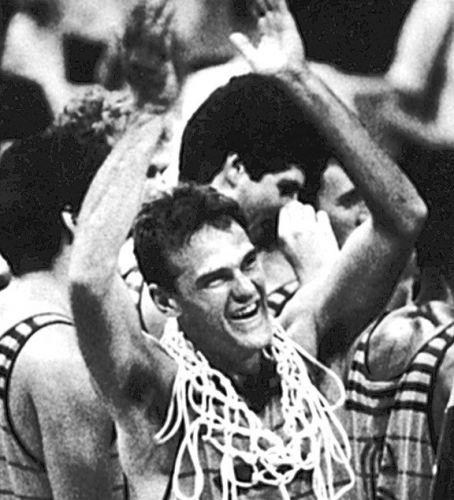 Com rede da cesta no pescoço como recordação, Oscar comemora o ouro no basquete masculino