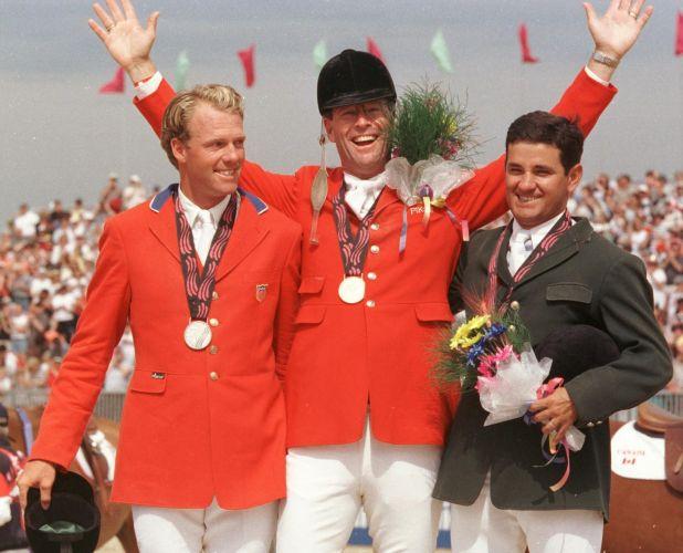 O brasileiro Vitor Alves Teixeira (direita), medalha de bronze no hipismo montando Jolly Boy. O conjunto canadense Ian Millar/Ivar ficou com o ouro e o norte-americano Peter Wylde/Macanudo De Niro, com a prata.