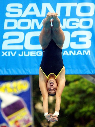 Juliana Veloso salta para ganhar a medalha de prata nos saltos ornamentais
