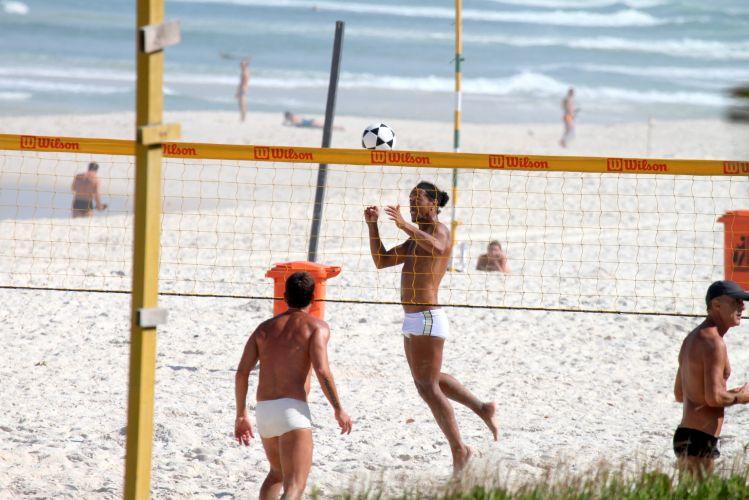 Ronaldinho Gaúcho aproveitou o dia seguinte ao jogo contra o Botafogo para ir à praia. Jogador foi vaiado pela torcida neste domingo
