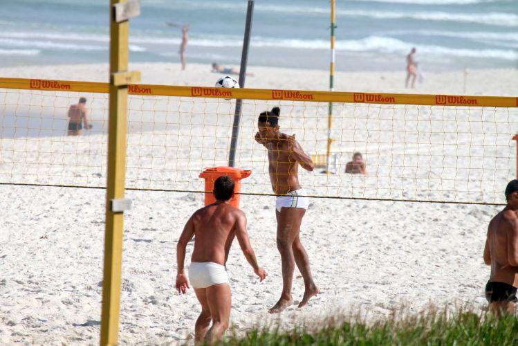 Ronaldinho Gaúcho esteve na praia da Barra da Tijuca, no Rio de Janeiro, nesta segunda-feira para jogar futevôlei