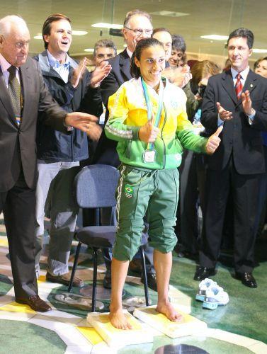Após conquista no Pan do Rio-2007, Marta é homenageada. A rainha do futebol deixa sua marca na calçada da fama do estádio do Maracanã