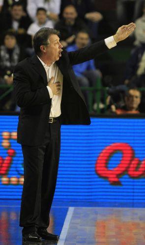 Técnico Rubén Magnano orienta jogadores do Brasil em quadra. Argentino tem sido ovacionado pelos torcedores locais a cada partida da seleção brasileira