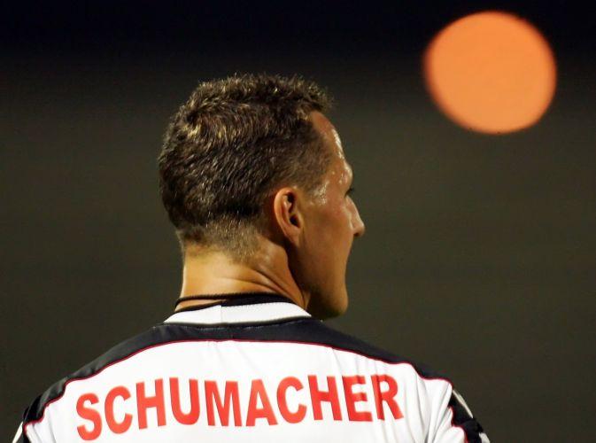 Lenda da F-1, Michael Schumacher sempre deixou clara sua paixão pelo futebol e até disse que queria ser jogador. Ele preferiu as pistas, mas não se esquece de seu lado boleiro