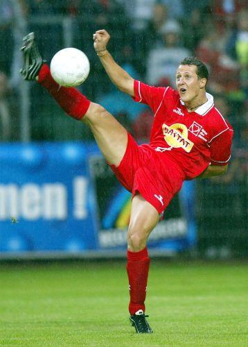 Pelo menos Michael Schumacher mostra alguma habilidade no futebol. O piloto da Mercedes exibe sua elasticidade ao dominar a bola