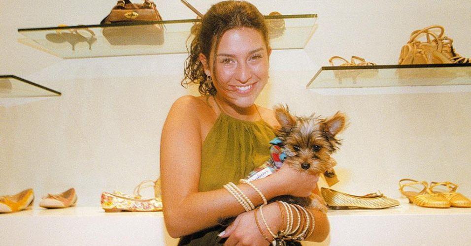 Fernanda Paes Leme não larga o cão Nick no lançamento de coleção de calçados da Arezzo, em São Paulo