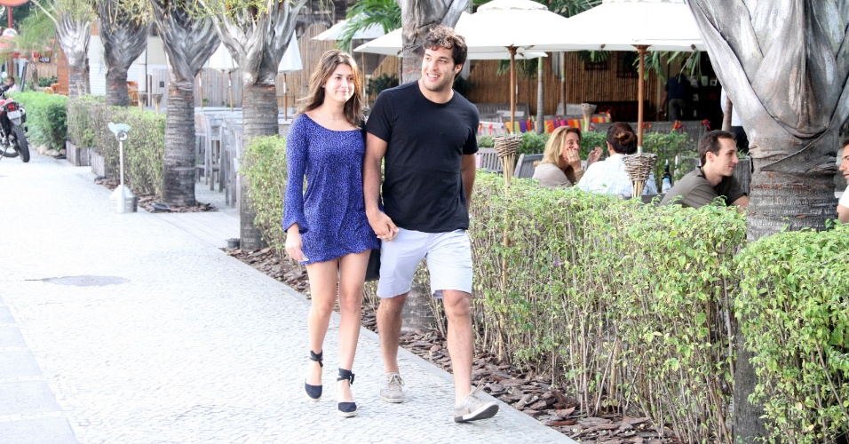 A atriz Fernanda Paes Leme e o lutador Gregor Gracie saem de mãos dadas do restaurante Balada Mix, no Rio de Janeiro